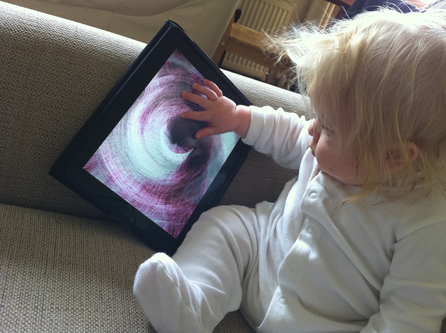 Baby mit Tablet - E-Learning