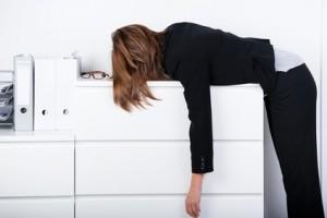 total erschöpft im büro