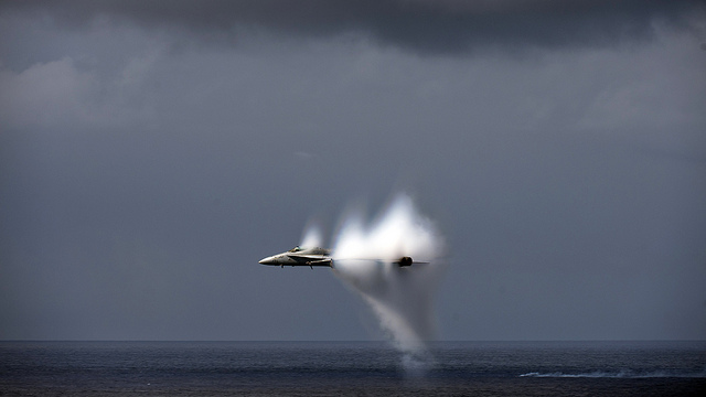 """Bild: """"Aircraft manuevers during an airpower deomonstration."""" von  Official U.S. Navy Page. Lizenz: CC BY 2.0"""