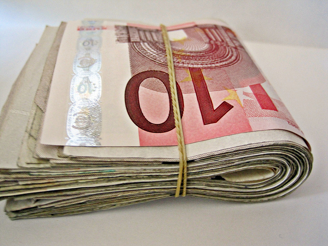 "Bild: ""Lots of Euro Notes"" von Images Money. Lizenz: CC BY 2.0"