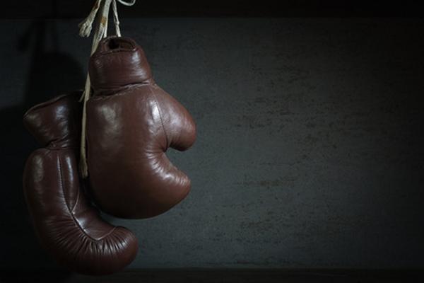 das-sind-alte-boxhandschuhe-die-vor-einer-wand-haengen