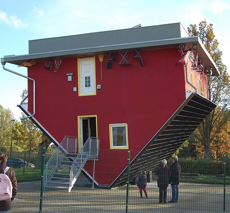 """Bild: """"Über Kopf Haus"""" von Olaf Meister. Lizenz: CC BY-SA 3.0"""