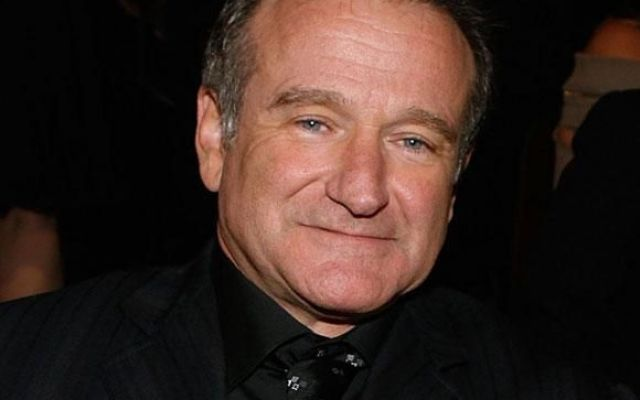"Bild: ""Robin Williams Trovato Morto In Casa Si Sospetta Il Suicidio"" von Hot Gossip Italia. Lizenz: CC BY 2.0"