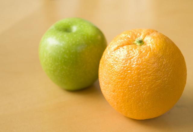 """Bild: """"Apples & Oranges - They Don't Compare"""" von TheBusyBrain. Lizenz: CC BY 2.0"""
