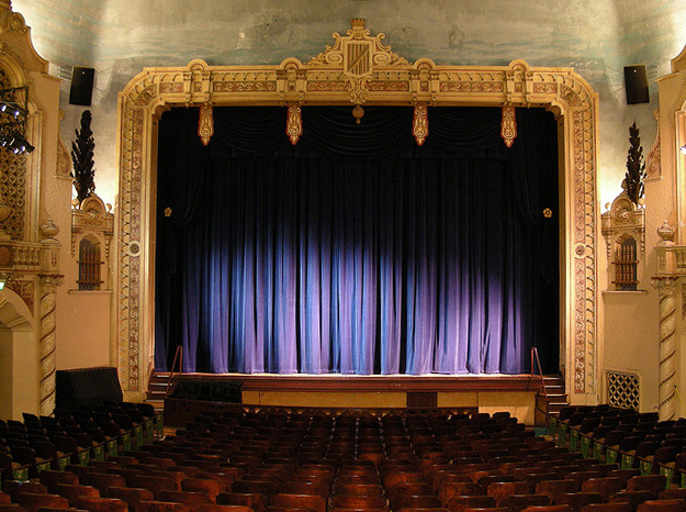 """Bild: """"New stage curtains at the 7th Street"""" von Mickey Thurman. Lizenz: CC BY 2.0"""
