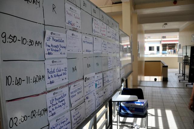 """Bild: """"Obligatory schedule board"""" von Robert Lowe. Lizenz: CC BY 2.0"""