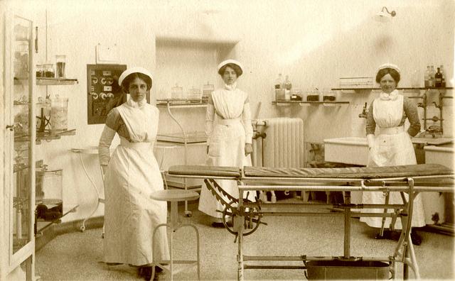"""Bild: """"nurses in an operating theatre"""" von Paul Townsend. Lizenz: CC BY 2.0"""