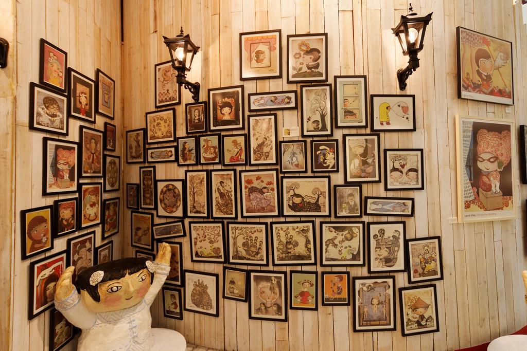 """Bild: """"Indigo Child, wall of frames"""" von Dennis Wong. Lizenz: CC BY 2.0"""