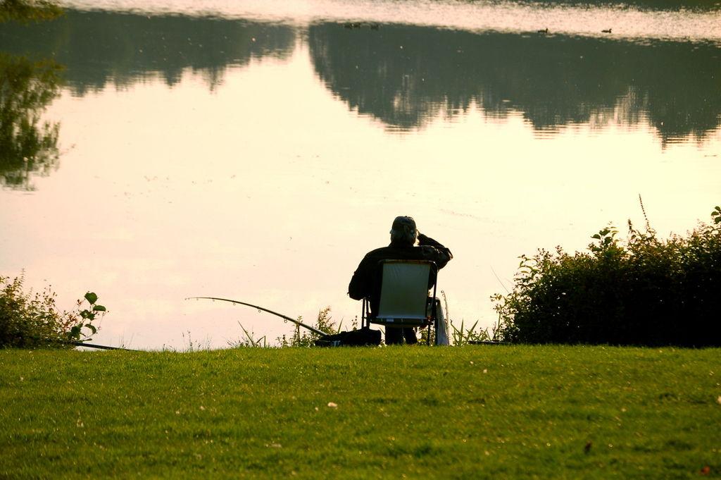 """Bild: """"Angler am Teich"""" von Kintaiyo. Lizenz: CC BY 3.0"""