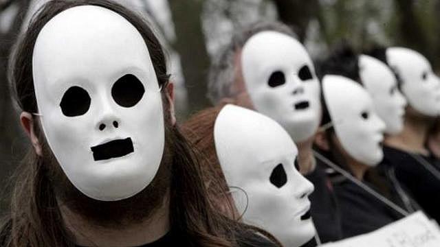 auf-diesem-bild-sind-sechs-personen-mit-weissen-masken.png