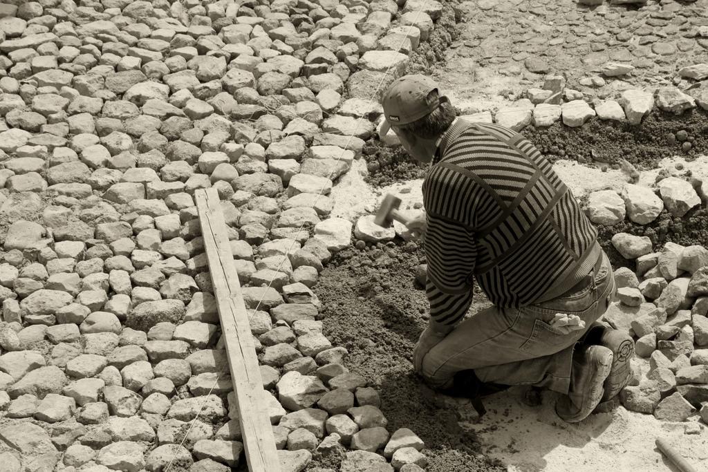 "Bild: ""Worker of the stones..."" von Klearchos Kapoutsis. Lizenz: CC BY 2.0"