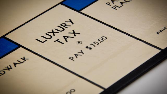 """Bild: """"Luxury Taxes For The Rich"""" von Ken Teegardin. Lizenz: CC BY 2.0"""