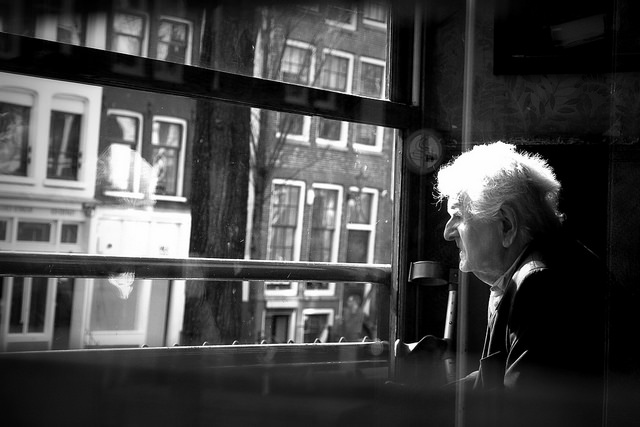 "Bild: ""Another black and with photo with an old man in a window"" von  Cristian Iohan Ştefănescu. Lizenz: CC BY 2.0"