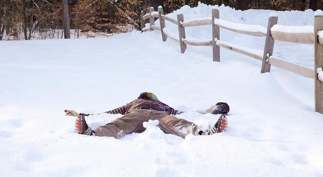 hier-liegt-jemand-im-schnee
