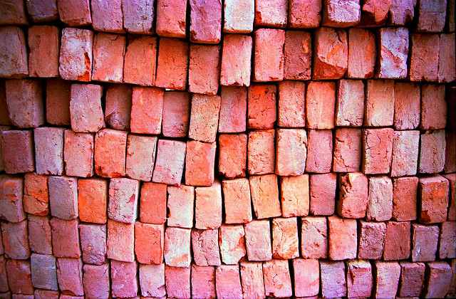 "Bild: "" India on the road, bricks, revisiting the caste system, New Delhi, 2001"" von  R Barraez D´Lucca. Lizenz: CC BY 2.0"