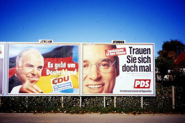 "Bild: ""German Election Posters, Helmut Kohl, Gregor Gysi, Rostock, Oct 1994"" von  Sludge G. Lizenz: CC BY SA 2.0"