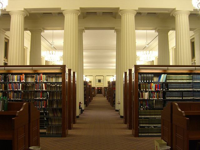 "Bild: ""Library @ Harvard School of Law"" von Samir Luther. Lizenz: CC BY 2.0"