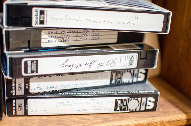 """Bild: """"VHS tapes"""" von m01229. Lizenz: CC BY 2.0"""