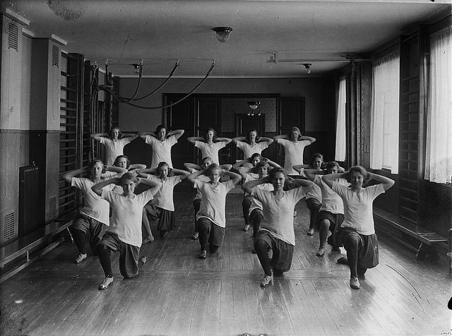 "Bild: ""Gymnastik på arbetsplatsen"" von Tekniska museet. Lizenz: CC BY 2.0"