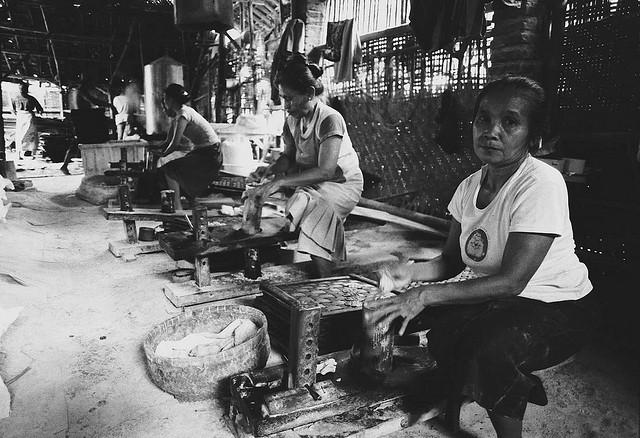 "Bild: ""Woman Laborer, Tengahtani Cirebon"" von Danumurthi Mahendra. Lizenz: CC BY 2.0"