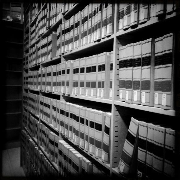 """Bild: """"Law Library Stacks"""" von Mr.TinDC. Lizenz: CC BY 2.0"""
