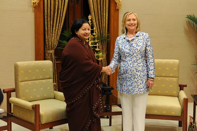 "Bild: ""Secretary Clinton and Tamil Nadu Chief Minister Javalaithaa Shake Hands"" von  US Consulate Chennai. Lizenz: CC BY ND 2.0"