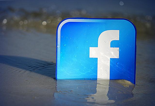 """Bild: """"Facebook Beachfront"""" von  mkhmarketing. Lizenz: CC BY 2.0"""