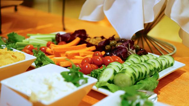 auf-diesem-bild-sind-gurken-tomaten-karotten-und-dip.png