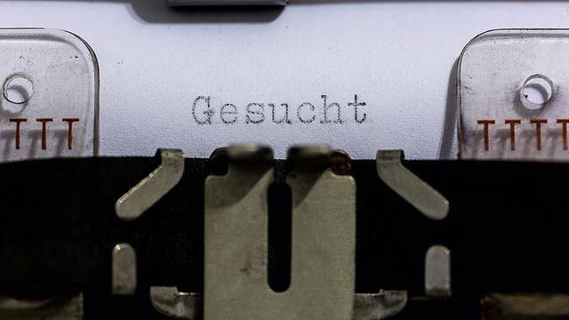 hier-schreibt-eine-schreibmaschine-das-wort-gesucht