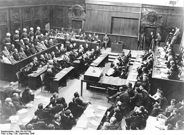 """""""Bundesarchiv Bild 183-H27798, Nürnberger Prozess, Verhandlungssaal"""" von Bundesarchiv, Bild 183-H27798 / Unbekannt / CC-BY-SA 3.0. Lizenziert unter CC BY-SA 3.0 de über Wikimedia Commons."""