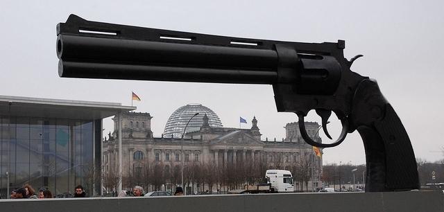Statue einer Schusswaffe