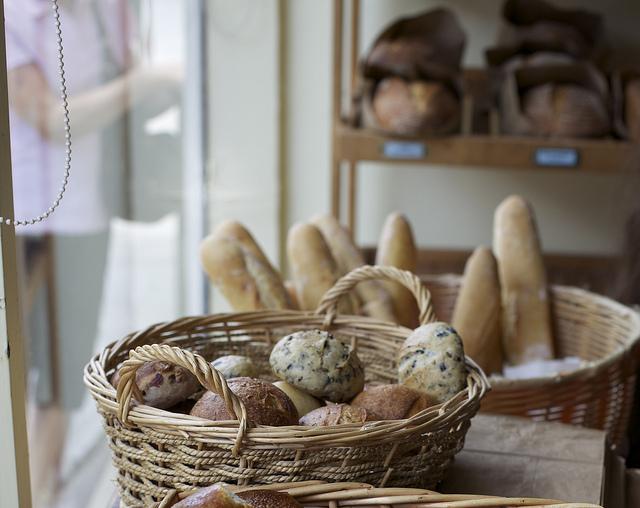 das-bild-zeigt-brot-und-brötchen-in-einer-bäckerei
