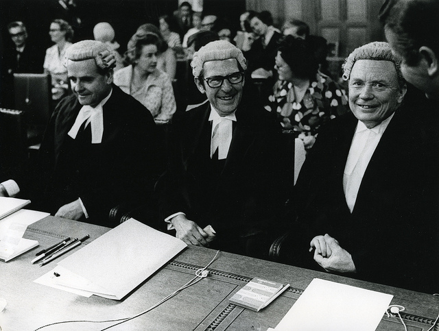"""Bild: """"New Zealand Representatives at the International Court of Justice in the Hague"""" von Archives New Zealand. Lizenz: CC BY 2.0"""