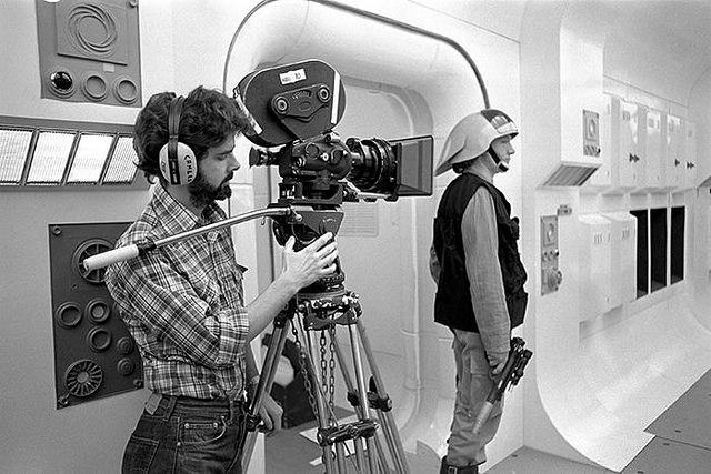 "Bild: ""George Lucas preparing a shot on Princess Leia's ship"" von Tom Simpson. Lizenz: CC BY 2.0"