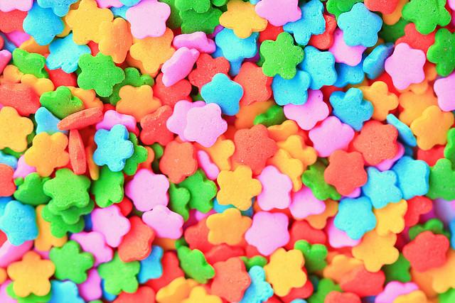 auf-diesem-bild-sind-bunte-zuckerblumen.png