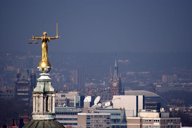 auf-diesem-bild-ist-eine-goldene-justicia-statue-auf-einem-gebaeude.png