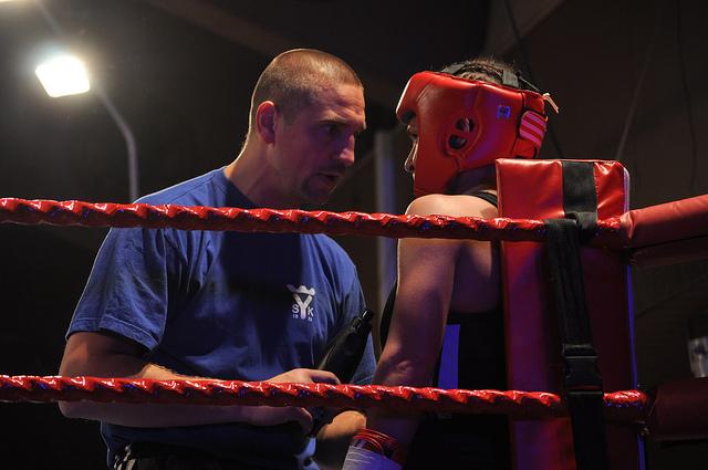 das-ist-ein-boxtrainer-der-eine-boxerin-motiviert
