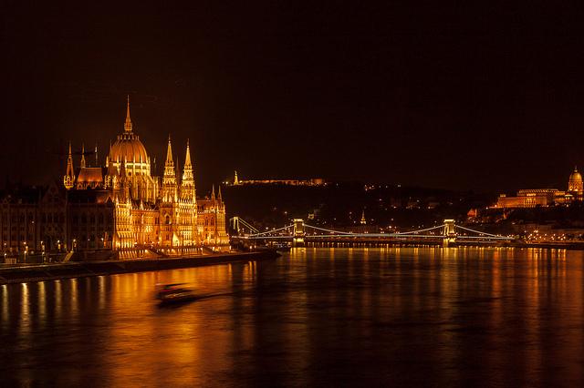 auf-diesem-bild-sieht-man-das-ungarische-parlament-bei-nacht.png