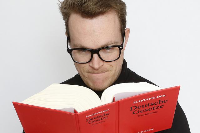 Mann liest Gesetze