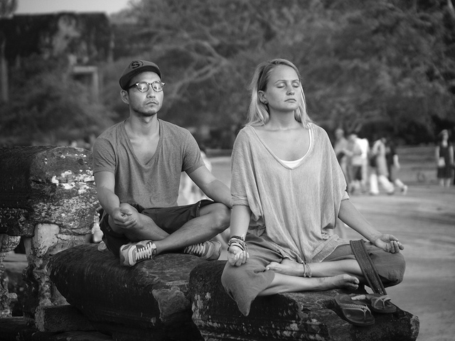 auf-diesem-bild-meditieren-ein-mann-und-eine-frau.png