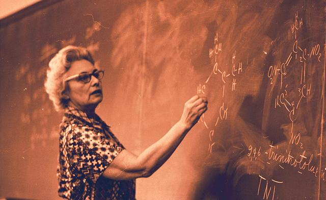 """Bild: """"Teaching Chemistry"""" von starmanseries. Lizenz: CC BY 2.0"""