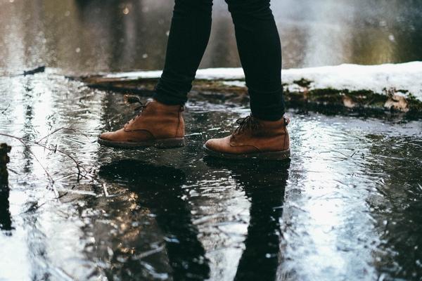 hier tanzt jemand durch den regen