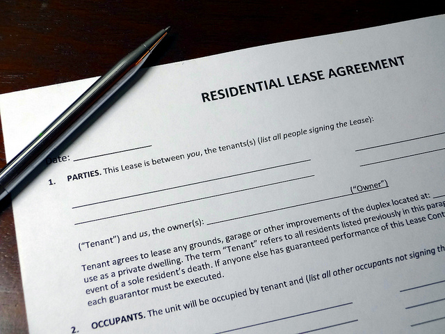 """Bild: """"Residential Lease Agreement with Pen"""" von Rental Realities. Lizenz: CC BY 2.0"""