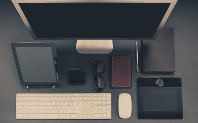 Schreibtisch mit Handy, Brille, PC, Pad