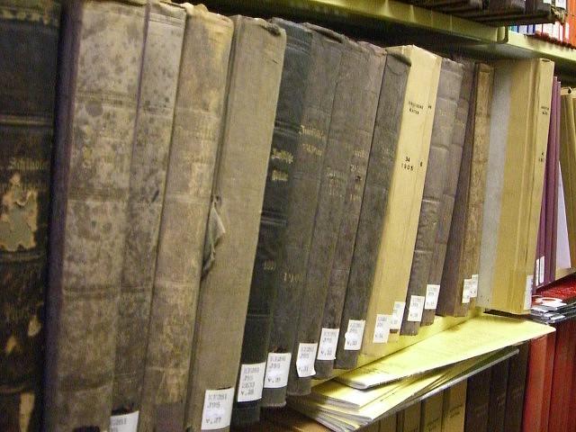 """Bild: """"Really old law books"""" von umjanedoan. Lizenz: CC BY 2.0"""