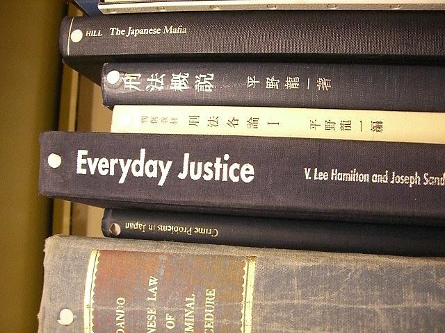 """Bild: """"Japanese criminal law texts."""" von umjanedoan. Lizenz: CC BY 2.0"""