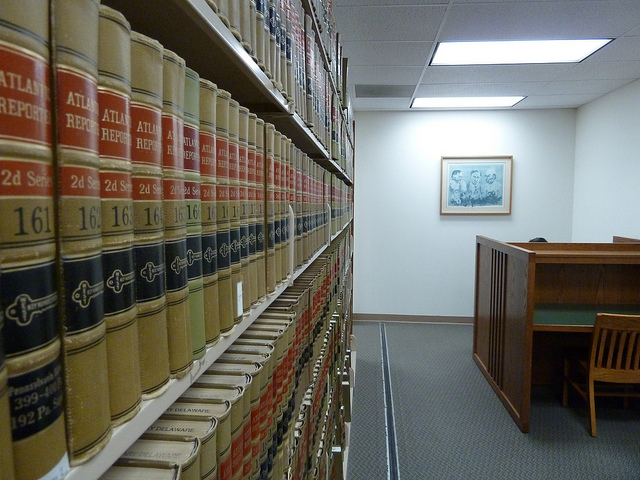 """Bild: """"Law library books"""" von Janet Lindenmuth. Lizenz: CC BY 2.0"""