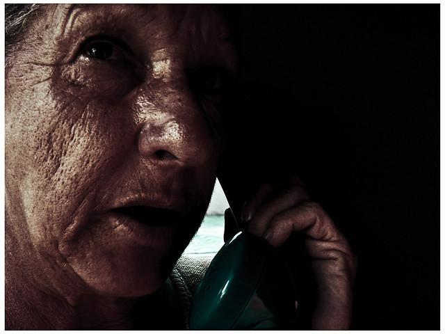 """Bild: """"senhora ao telefone"""" von Igor Giamoniano. Lizenz: CC BY 2.0"""