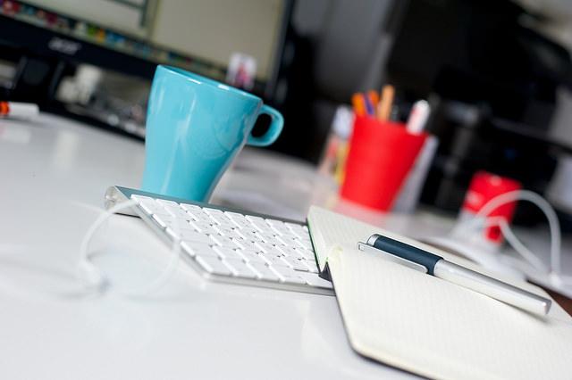 """Bild: """"Schreibtisch Situation"""" von Maik Meid. Lizenz: CC BY 2.0"""