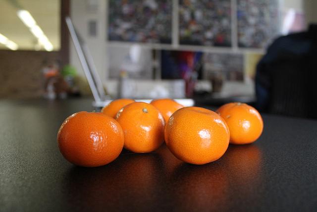 Mandarinen vor Laptop